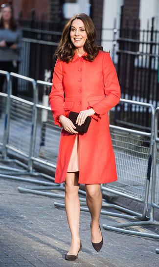 Как и с чем носить: красное пальто, розовое платье-футляр, черные замшевые туфли, черный замшевый клатч