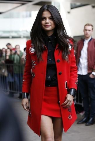 Как Selena Gomez носит Красное пальто с украшением, Черная классическая рубашка, Красная мини-юбка