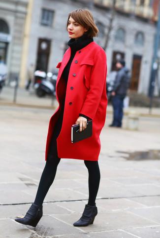 Как и с чем носить: красное пальто, черное вязаное платье-свитер, черные кожаные ботильоны на танкетке, черные шерстяные колготки