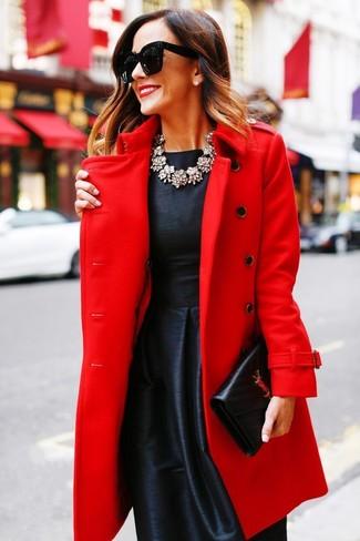 Как и с чем носить: красное пальто, черное сатиновое платье с пышной юбкой, черный кожаный клатч, прозрачное колье