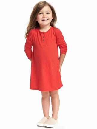 Как и с чем носить: красное платье, бежевые кеды