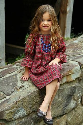 Как и с чем носить: красное платье в шотландскую клетку, темно-коричневые балетки, синее колье