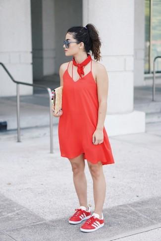 Как и с чем носить: красное платье-комбинация, красные низкие кеды, светло-коричневый соломенный клатч, красная бандана
