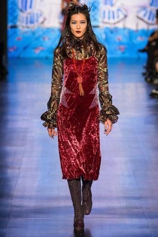 Как и с чем носить: красное бархатное платье-комбинация, черная блузка с длинным рукавом с рюшами, черные замшевые сапоги, красная подвеска из бисера