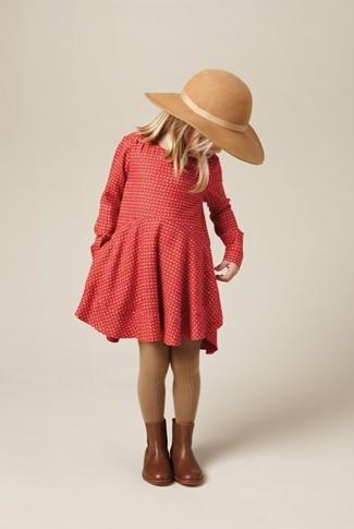 Как и с чем носить: красное платье, коричневые кожаные ботинки, бежевая шляпа, коричневые колготки