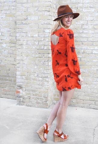 Как и с чем носить: красное платье-крестьянка с вышивкой, табачные кожаные босоножки на танкетке, коричневая шерстяная шляпа
