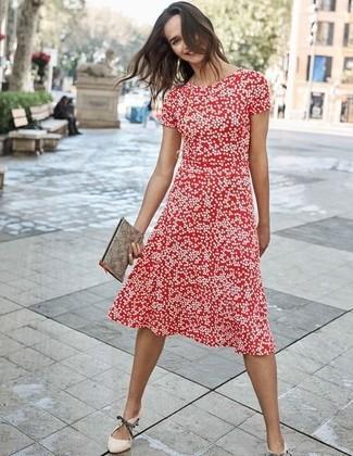 Как и с чем носить: красное платье-миди в горошек, бежевые кожаные туфли, серый кожаный клатч