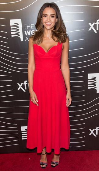 Как Jessica Alba носит Красное платье-миди со складками, Серебряные кожаные босоножки на каблуке