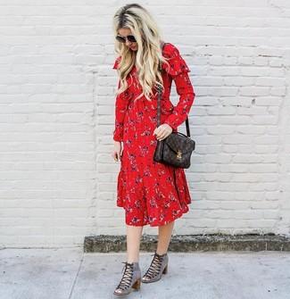 Как и с чем носить: красное платье-миди с цветочным принтом, серые замшевые ботильоны на шнуровке с вырезом, темно-коричневая кожаная сумка-саквояж с принтом