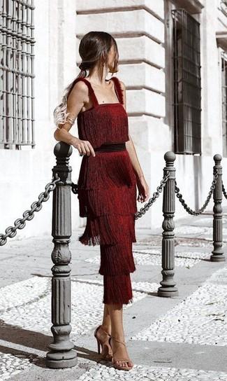 Как и с чем носить: красное платье-миди c бахромой, светло-коричневые кожаные босоножки на каблуке