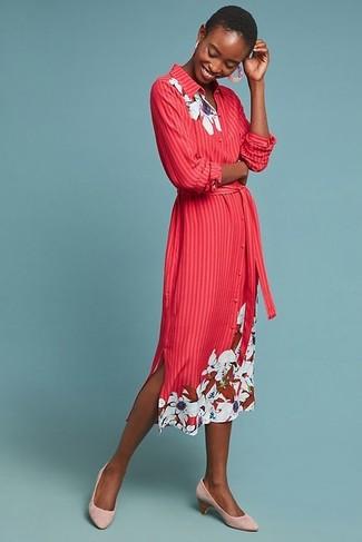 Как и с чем носить: красное платье-рубашка с цветочным принтом, розовые замшевые туфли, розовые серьги