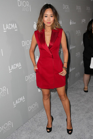 Как и с чем носить: красное платье-смокинг, черные замшевые туфли, разноцветный браслет из бисера