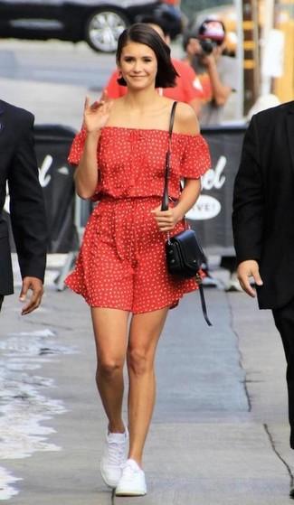 красное платье с открытыми плечами с принтом белые низкие кеды черная кожаная сумка через плечо large 30384