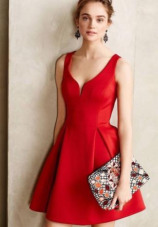 Модный лук: Красное платье с плиссированной юбкой, Разноцветный замшевый клатч с принтом, Черные серьги