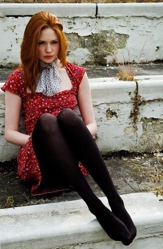 Красное платье и черный шарф