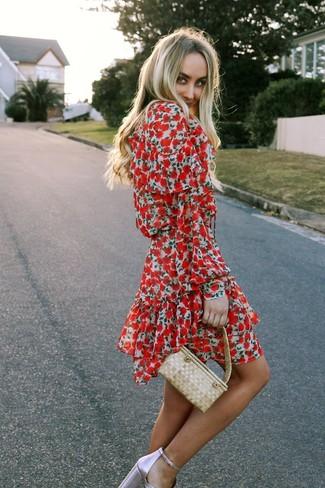 Как и с чем носить: красное платье с плиссированной юбкой с цветочным принтом, розовые кожаные босоножки на каблуке, бежевая соломенная сумочка