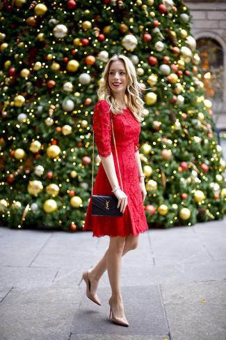 Сочетание красного кружевного платья с пышной юбкой и черной кожаной стеганой сумки через плечо уместно для создания делового лука. Что касается обуви, можешь отдать предпочтение практичности и надеть бежевые кожаные туфли. Хорошая задумка для летнего образа!