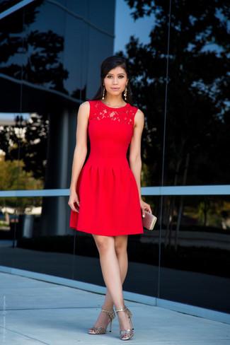 Модный лук: Красное кружевное платье с пышной юбкой, Золотые кожаные босоножки на каблуке, Золотой клатч, Золотые серьги