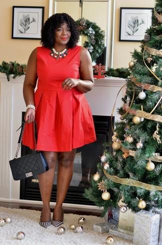 """Как и с чем носить: красное платье с пышной юбкой, черно-белые кожаные туфли с рисунком """"гусиные лапки"""", черная кожаная стеганая сумка-саквояж, разноцветное колье"""