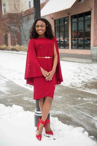 Как и с чем носить: красное платье-футляр, красные замшевые туфли, золотой кожаный пояс