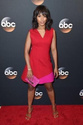 Как и с чем носить: красное платье-футляр, красные сатиновые босоножки на каблуке, ярко-розовый замшевый клатч