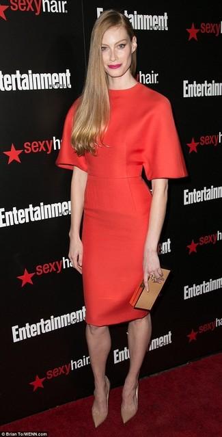 красное платье футляр светло коричневые кожаные туфли светло коричневый кожаный клатч large 8001
