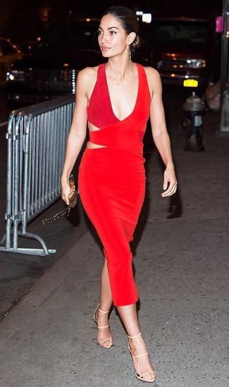 Модные женские луки 2020 фото: Красное платье-футляр с вырезом будет отличным вариантом для легкого повседневного наряда. В тандеме с этим ансамблем наиболее уместно будут выглядеть бежевые кожаные босоножки на каблуке.