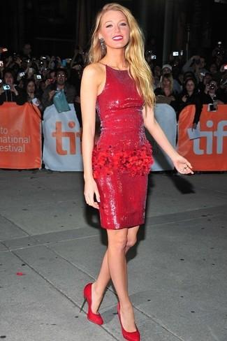 Как Blake Lively носит Красное платье-футляр с пайетками, Красные замшевые туфли