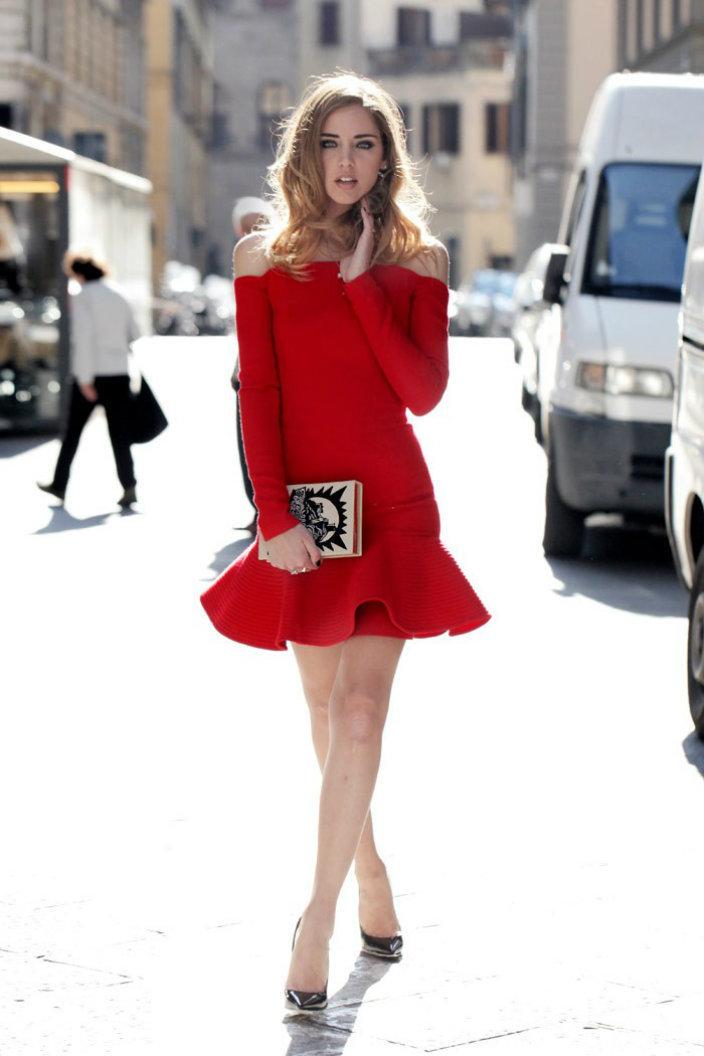 Красное платье и бежевый клатч