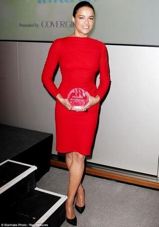 красное платье футляр черные сатиновые туфли large 26501