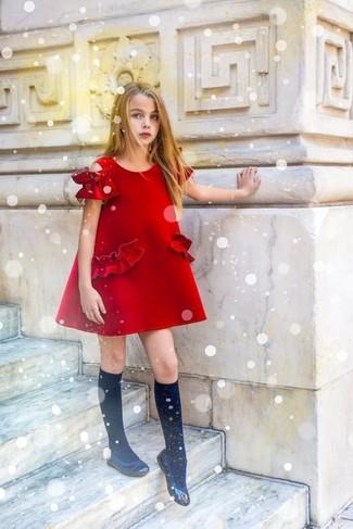 Модный лук: красное платье, черные балетки, черные носки