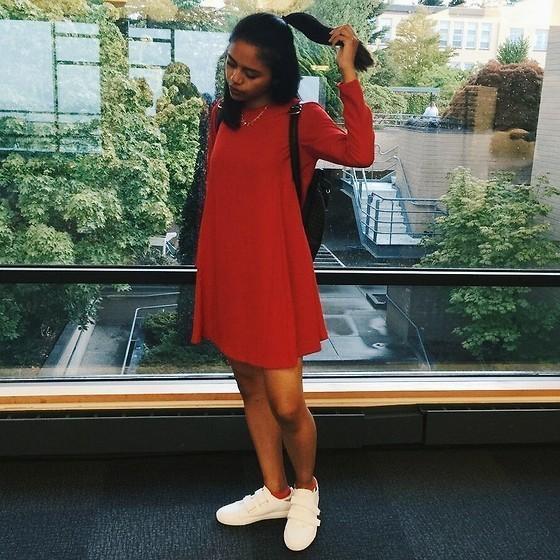 Задирает красное платье
