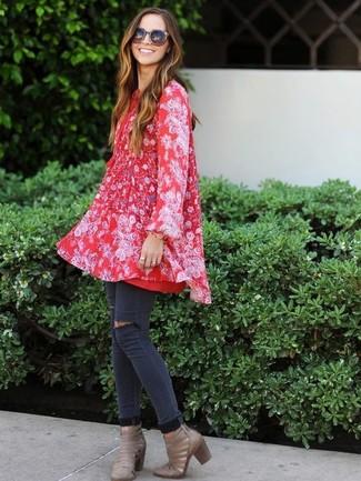 Как и с чем носить: красное свободное платье с цветочным принтом, темно-серые рваные джинсы скинни, серые кожаные ботильоны с вырезом