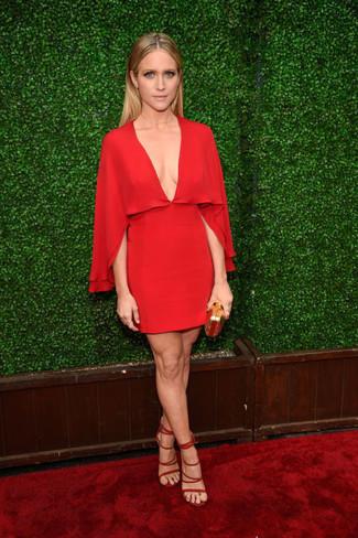 красное шелковое платье прямого кроя красные замшевые босоножки на каблуке золотой клатч large 22685