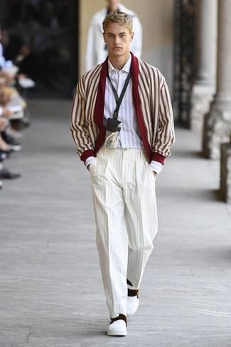 Как и с чем носить: красно-белый кардиган с отложным воротником, белая рубашка с длинным рукавом в вертикальную полоску, белые классические брюки в вертикальную полоску, белые кожаные слипоны