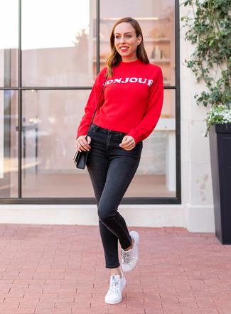 Как и с чем носить: красно-белый свитер с круглым вырезом с принтом, черные джинсы скинни, белые кожаные низкие кеды, черная кожаная сумка через плечо