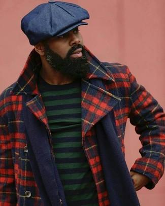 Как и с чем носить: красно-темно-синее полупальто в шотландскую клетку, темно-сине-зеленый свитер с круглым вырезом в горизонтальную полоску, темно-синяя кепка, темно-синий шарф