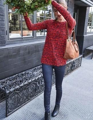 Как и с чем носить: красно-темно-синяя блузка с длинным рукавом с цветочным принтом, темно-синие джинсы скинни, черные кожаные ботильоны, светло-коричневая кожаная большая сумка