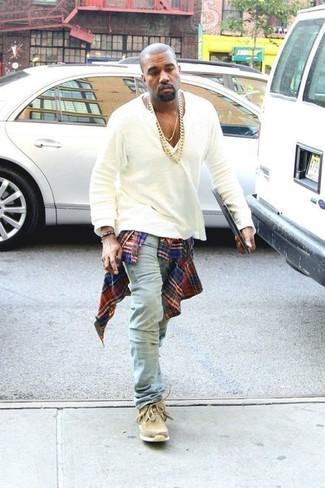 Как Kanye West носит Красно-темно-синяя рубашка с длинным рукавом в шотландскую клетку, Белая футболка на пуговицах, Голубые джинсы, Светло-коричневые замшевые дезерты