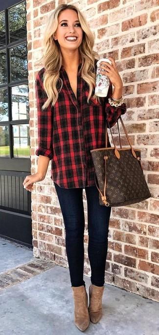 Как и с чем носить: красно-черная классическая рубашка в шотландскую клетку, темно-синие джинсы скинни, коричневые замшевые ботильоны, темно-коричневая кожаная большая сумка с принтом