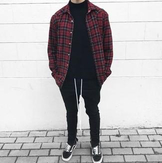 Как и с чем носить: красно-черная куртка-рубашка в клетку, черная водолазка, черные спортивные штаны, черные замшевые низкие кеды