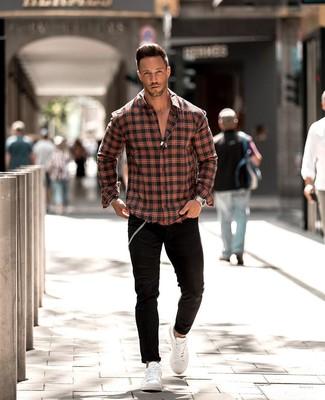 Как и с чем носить: красно-черная рубашка с длинным рукавом в шотландскую клетку, черные зауженные джинсы, белые кожаные низкие кеды, серебряные часы