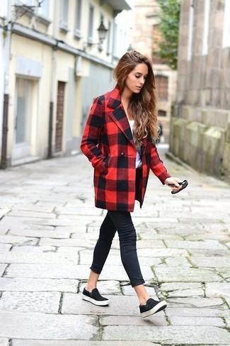 Как и с чем носить: красно-черное пальто в клетку, белая футболка с круглым вырезом, черные джинсы скинни, черные замшевые слипоны