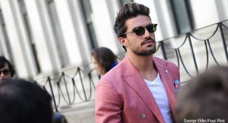 Как и с чем носить: красный двубортный пиджак, белая футболка с v-образным вырезом, синий нагрудный платок с принтом, темно-зеленые солнцезащитные очки