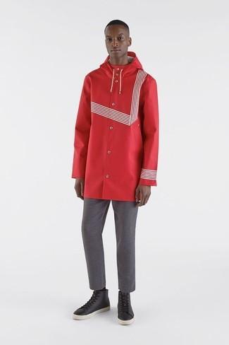 Как и с чем носить: красный дождевик, серые брюки чинос, черные кожаные высокие кеды