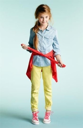 Как и с чем носить: красный кардиган, голубая джинсовая классическая рубашка, желтые джинсы, розовые кеды