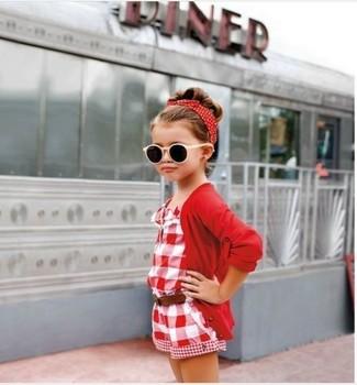Как и с чем носить: красный кардиган, красный комбинезон с шортами