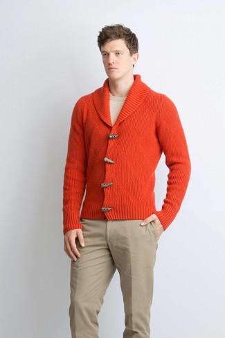 Как и с чем носить: красный кардиган с отложным воротником, бежевый свитер с круглым вырезом, светло-коричневые брюки чинос