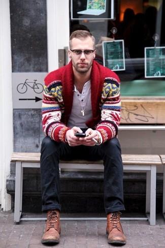 Как и с чем носить: красный кардиган с отложным воротником с жаккардовым узором, белая лонгслив с горловиной на пуговицах, черные джинсы, коричневые кожаные повседневные ботинки