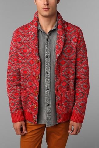 Как и с чем носить: красный кардиган с отложным воротником, серая джинсовая рубашка, оранжевые брюки чинос